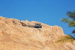 对马萨达的电车-俯视死海以色列的Judaean沙漠的古老犹太堡垒 免版税库存照片