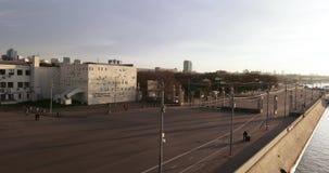对高尔基公园的入口从莫斯科河的堤防 股票视频