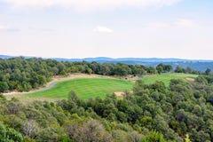 对高尔夫俱乐部的白天鸟瞰图在Ruidoso 免版税图库摄影