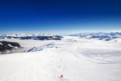 对高山山的看法在从Kitzbuehel滑雪胜地-一的奥地利最佳的滑雪胜地在世界上 免版税库存图片