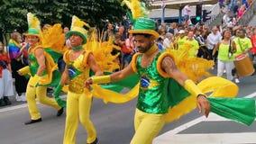 对鼓的Brazillian男性舞蹈家跳舞,LGBT游行安特卫普,安特卫普,比利时,10日威严,2019年 股票录像