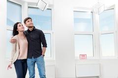 在搜寻房地产的夫妇购买 库存照片