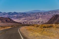 对死亡谷国家公园,加利福尼亚的美国高速公路 免版税图库摄影