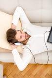 对年轻人的听的人音乐 免版税库存图片