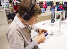 对年轻人的男孩听的音乐纵向甜点 免版税库存图片