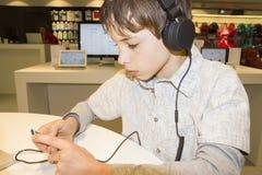 对年轻人的男孩听的音乐纵向甜点 库存照片