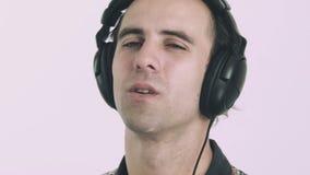 对年轻人的耳机听的人音乐 股票录像