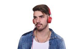 对年轻人的英俊的听的人音乐 免版税库存照片