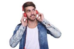 对年轻人的英俊的听的人音乐 免版税库存图片
