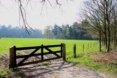 对更加绿色的牧场地的门 库存照片