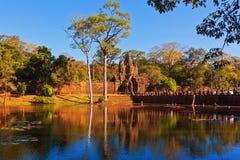 对吴哥古镇门在运河,柬埔寨的看法 库存照片