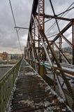 对去在一个城市的河水的桥梁的一条边路在欧洲 图库摄影