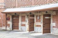 对围场1, 2和3的金属门从圈子,阿德莱德监狱, A 库存图片