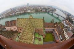 对巴塞尔市的广角看法从芒斯特塔在一个雨天在巴塞尔,瑞士 库存照片