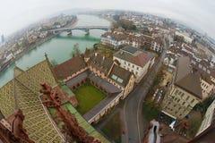 对巴塞尔市的广角鸟瞰图从芒斯特塔在一个雨天在巴塞尔,瑞士 免版税库存图片