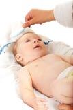 对婴孩的妈妈掠过的头发 免版税库存图片