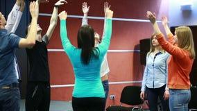 对组织工作、小组讨论或者疗法 人们执行一锻炼 影视素材