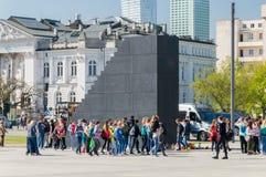 对2010年斯摩棱斯克与未定义人的空气坠机事件的受害者的纪念碑在华沙 图库摄影