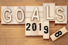 对2019年概念的目标2018变动 与数字的木块立方体 免版税库存照片