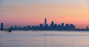 对财政区摩天大楼日出timelapse的微明从纽约港口的 股票录像