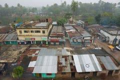 对贫民窟房子的看法在街市Puthia,孟加拉国 库存照片