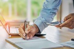 对负流动和工作在一个新的经营计划wi的商人 免版税库存图片