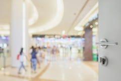 对购物在百货商店的人迷离的被打开的白色门  图库摄影