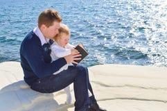 读对他的女儿的父亲 免版税库存照片
