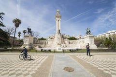 对1812的宪法的纪念碑,参观monum的游人 库存照片