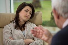 对他的患者的治疗师谈话 免版税库存图片