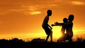对他们的母亲的愉快的儿童奔跑和拥抱她 股票视频