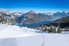 对更总看法,克莱纳Mythen,从Klewenalp滑雪胜地的湖琉森和瑞吉峰 库存图片