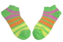 对绿色,桔子,黄色和紫罗兰色镶边夫人袜子 免版税库存照片