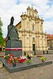 对主要斯蒂芬Wyszynski的纪念碑和洛可可式Visitationist教会在华沙,波兰 免版税库存照片
