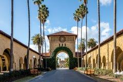 对主要方形字体的门在史丹福大学校园-帕洛阿尔托,加利福尼亚,美国 免版税库存图片