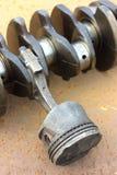 对说谎在一种生锈的金属的连接杆和曲轴的破旧的活塞 库存图片