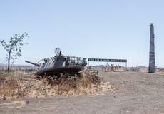 对1973年赎罪日战争的纪念品在戈兰高地 有文本和以色列坦克的塔的史特拉开掘了入grou 免版税库存照片