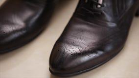 对质量染黑皮革商人鞋子 股票视频