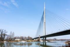 对Ada桥梁的看法在河Sava在贝尔格莱德,塞尔维亚 库存图片