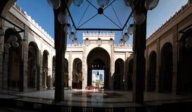 对Al Fateh清真寺,麦纳麦,巴林的内部看法 库存图片