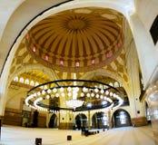 对Al Fateh清真寺,麦纳麦,巴林的内部看法 免版税库存照片