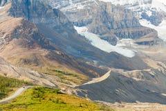 对athabasca冰川的公共汽车在夏天 免版税库存图片
