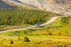对athabasca冰川的公共汽车 免版税库存照片
