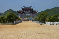 对Bai Dinh寺庙的门 免版税库存照片