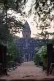 对Bakong寺庙,柬埔寨的入口 库存照片