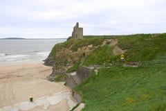 对Ballybunion海滩的城堡和步骤 免版税库存照片