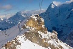 对Birg缆车驻地的看法从在途中的缆车长平底船向雪朗峰在Murren,瑞士 免版税库存照片
