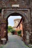 对Borgo di Ostia antica和Castello di R的Giulio II的入口 库存图片