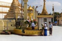 对Botataung塔的朝圣在仰光,缅甸 库存照片