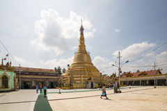 对Botataung塔的朝圣在仰光,缅甸 免版税图库摄影